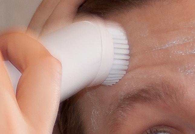 Nahaufnahme der Gesichtsreinigung mit der Bürste SFC 30