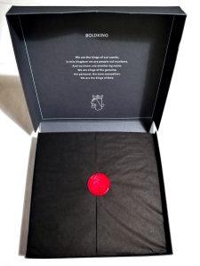 Die Boldking Verpackung mit Siegel innen.