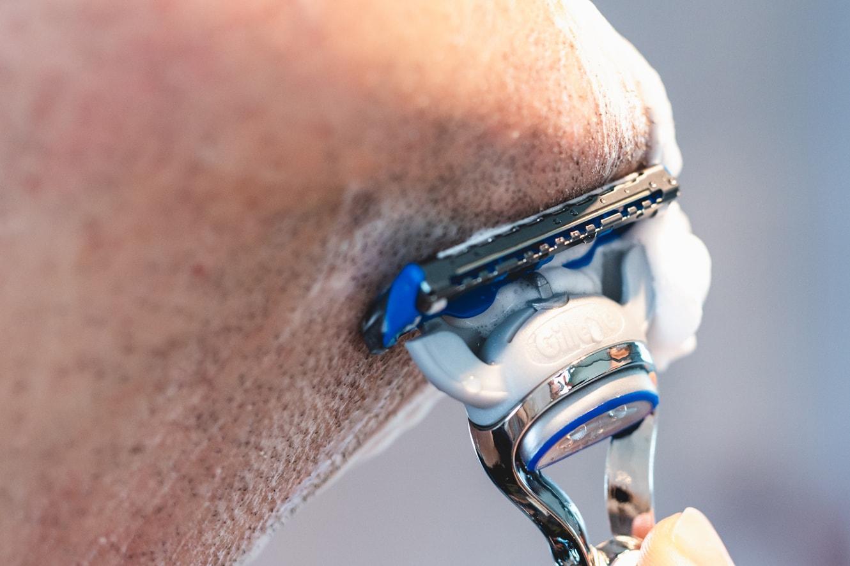 Bild des Gillette SkinGaurd Sensitive im Einsatz am Kinn.