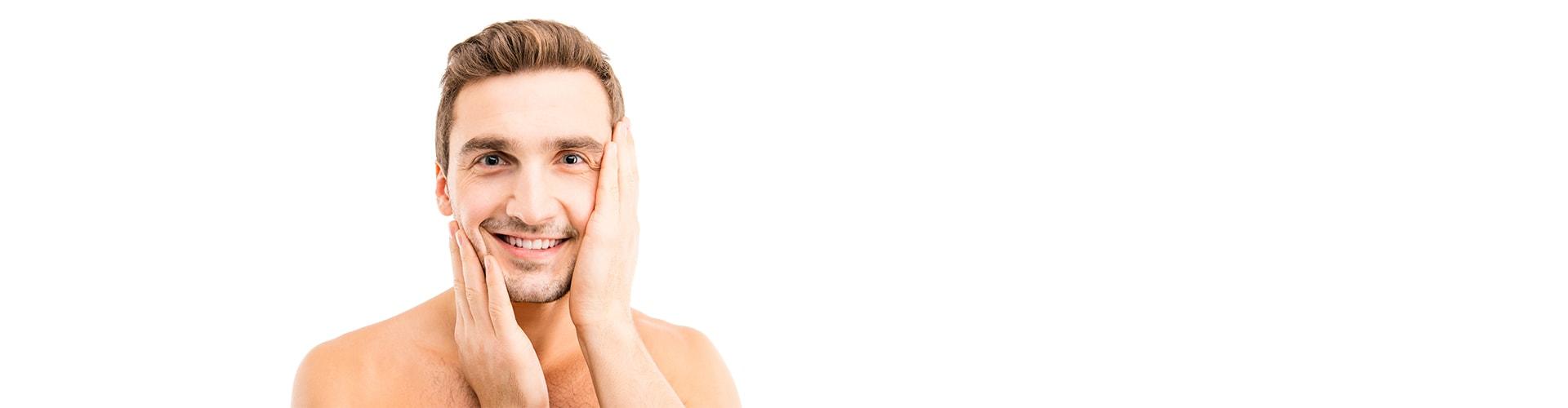 Mann, der nach der Reinigung sein Gesicht berührt